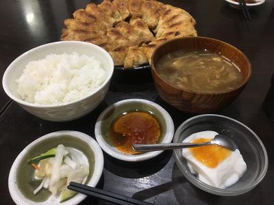 餃子照井東口店円盤餃子とごはんセットの写真