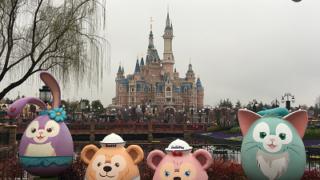 上海ディズニーランドお城とイースターの写真